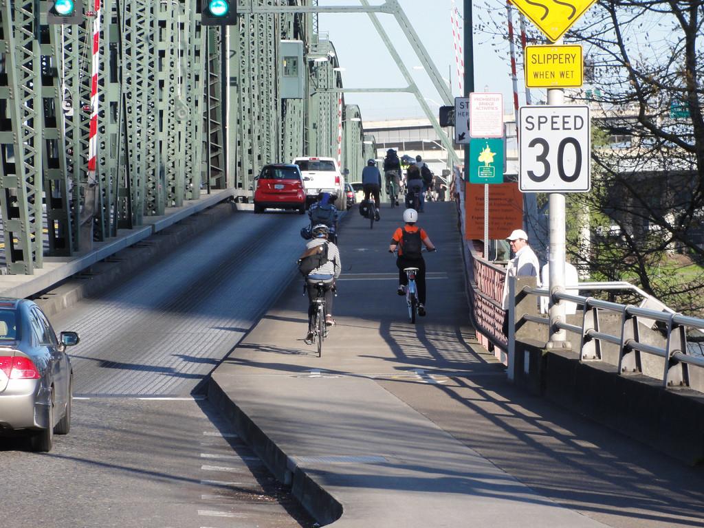 O uso da bicicleta nos EUA: As mudanças geradas pelas ciclovias segregadas, Portland, Estados Unidos. © Steven Vance, via Flickr. Used under <a href='https://creativecommons.org/licenses/by-sa/2.0/'>Creative Commons</a>