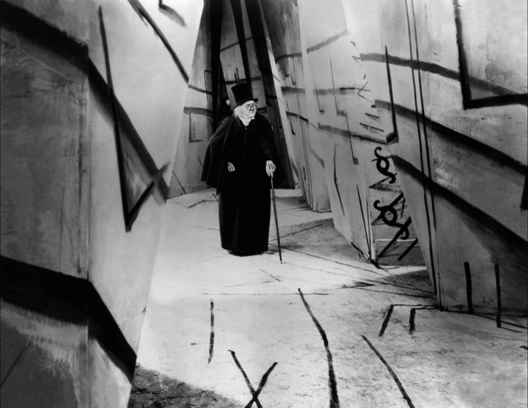 "Escena de la Película ""El gabinete del Dr. Caligari"""
