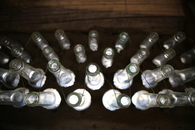 Experiencia de construcción con botellas de vidrio, Cortesía de Preserve Langmusi