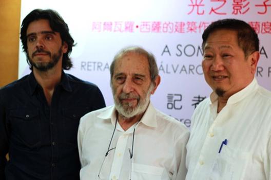Exposição de fotografias de Álvaro Siza por Fernando Guerra em Macau, Fernando Guerra, Álvaro Siza e Yany Kwan. Image Courtesy of Via Macau Daily Times