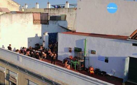 Redetejas: terraços convertidos em micro espaços culturais na Espanha, Redetejas em Sevillla. Image © Redetejas