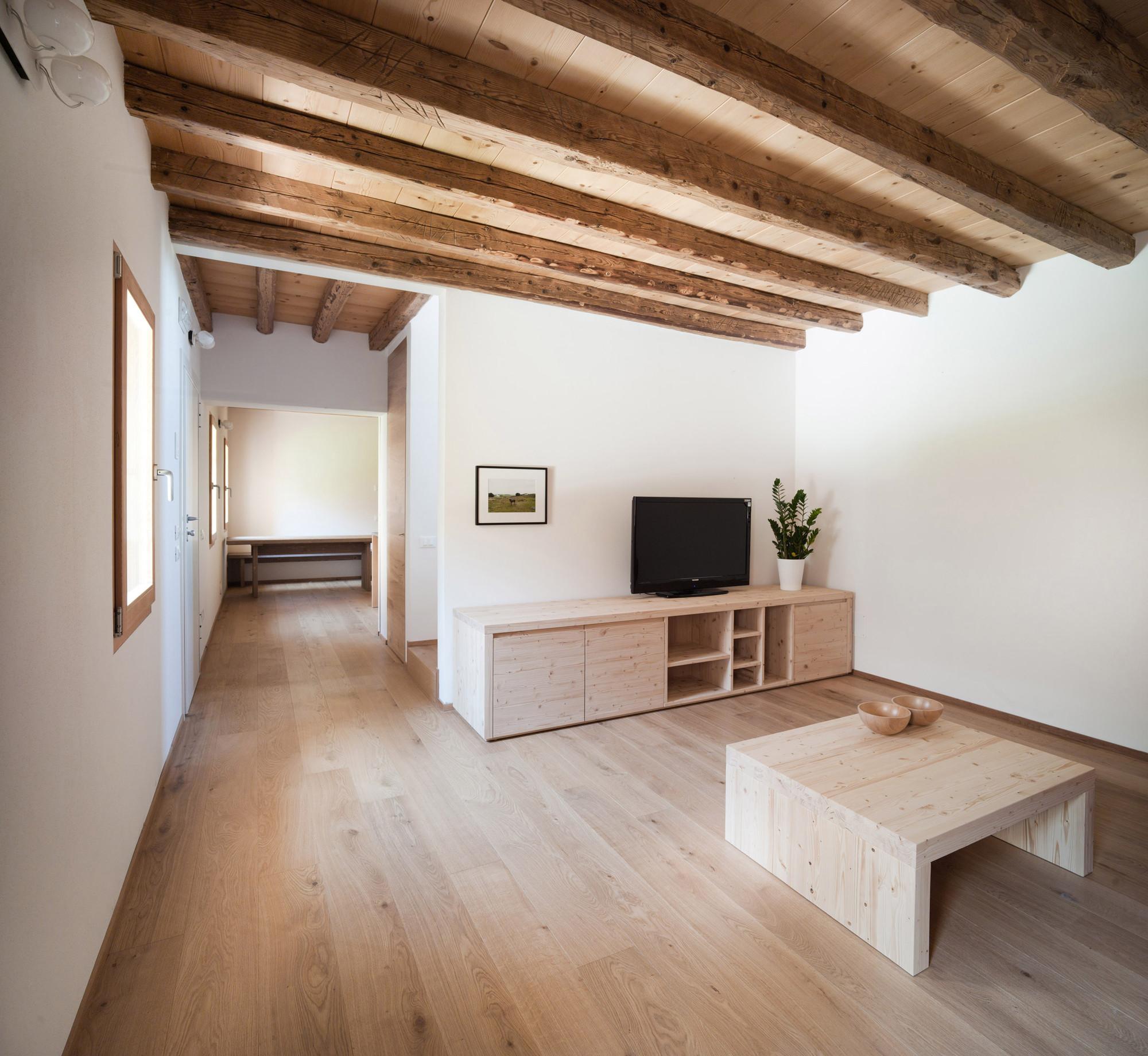 Gallery of casa fiera massimo galeotti architetto 3 for Mansarda in legno bianco