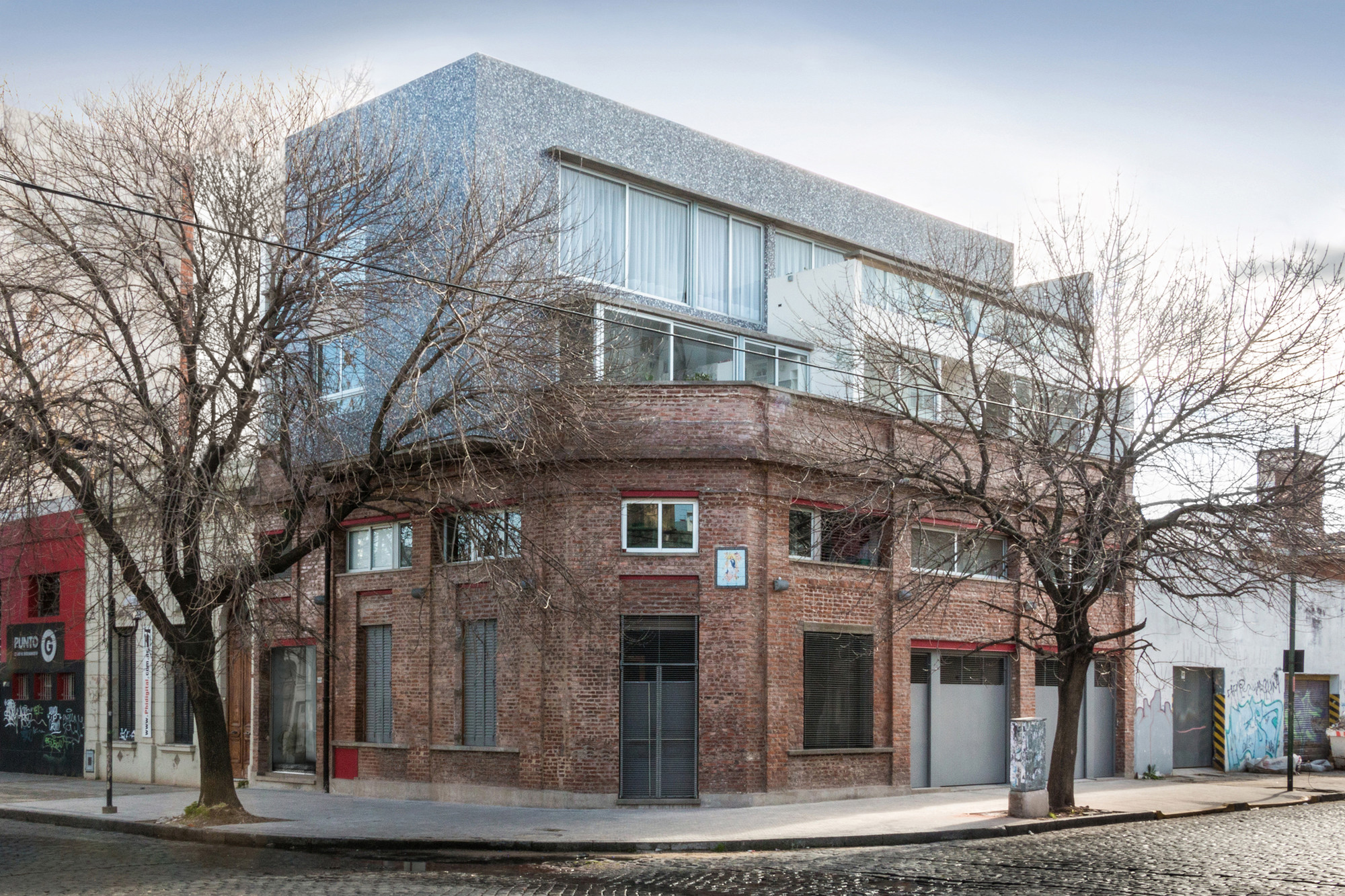 Edificio multifamiliar y local risso carasatorre risso for Local arquitectura