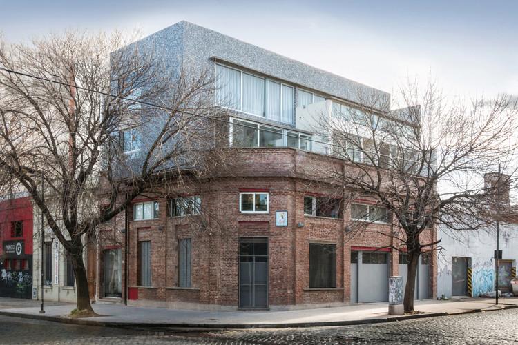 Edificio Multifamiliar y Local / Risso+Carasatorre+Risso, © Florencia Della Vedova