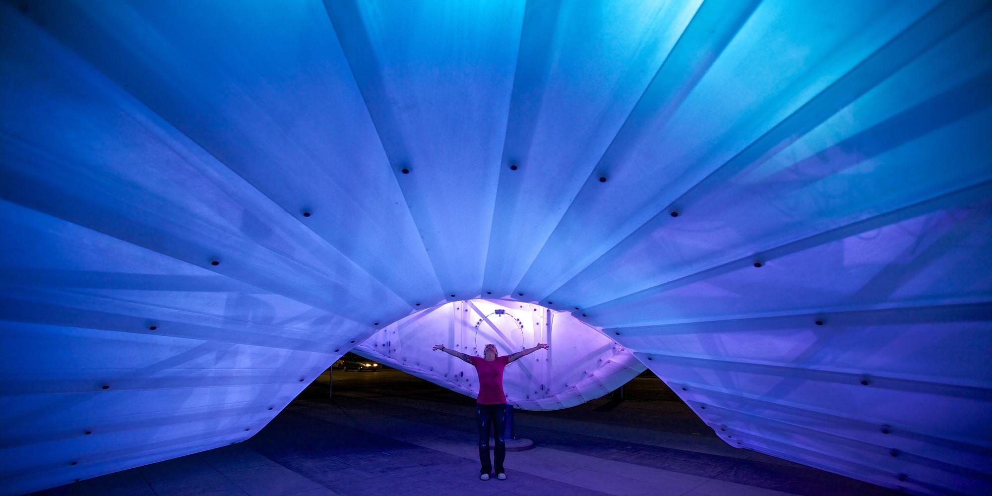 Chinook Arc, una escultura pública como sistema de iluminación interactiva, Cortesia de Creative Machines