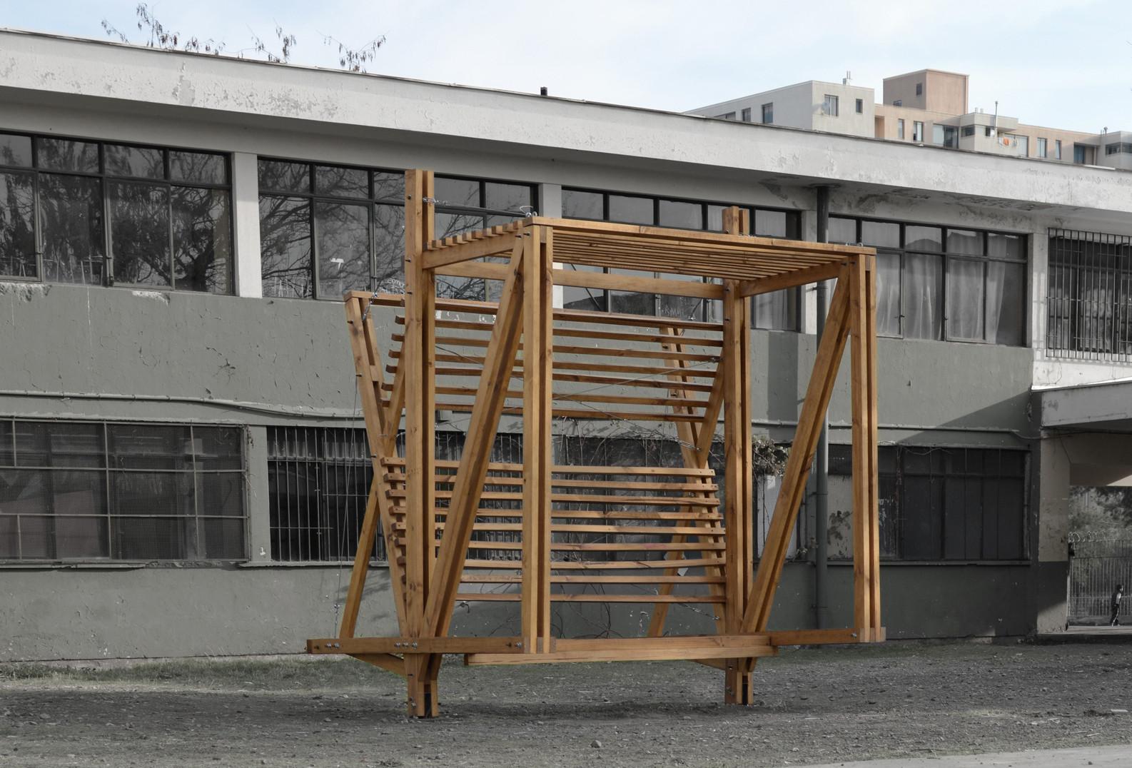 Ejercicio y aporte a la ciudad: estudiantes diseñan paradero de buses en madera , © Diego Romero Evans