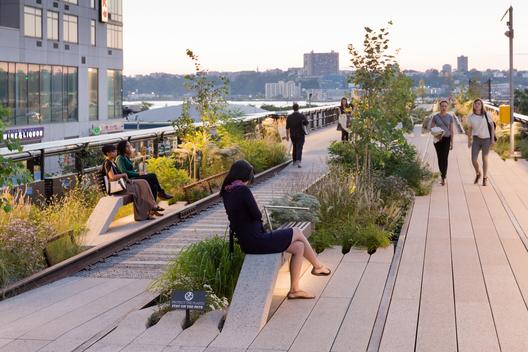 Tercera etapa: Vista hacia el oeste, cercano a uno de los tres paseos en las vías férreas en el High Line en Rail Yards.. Image © Iwan Baan, 2014