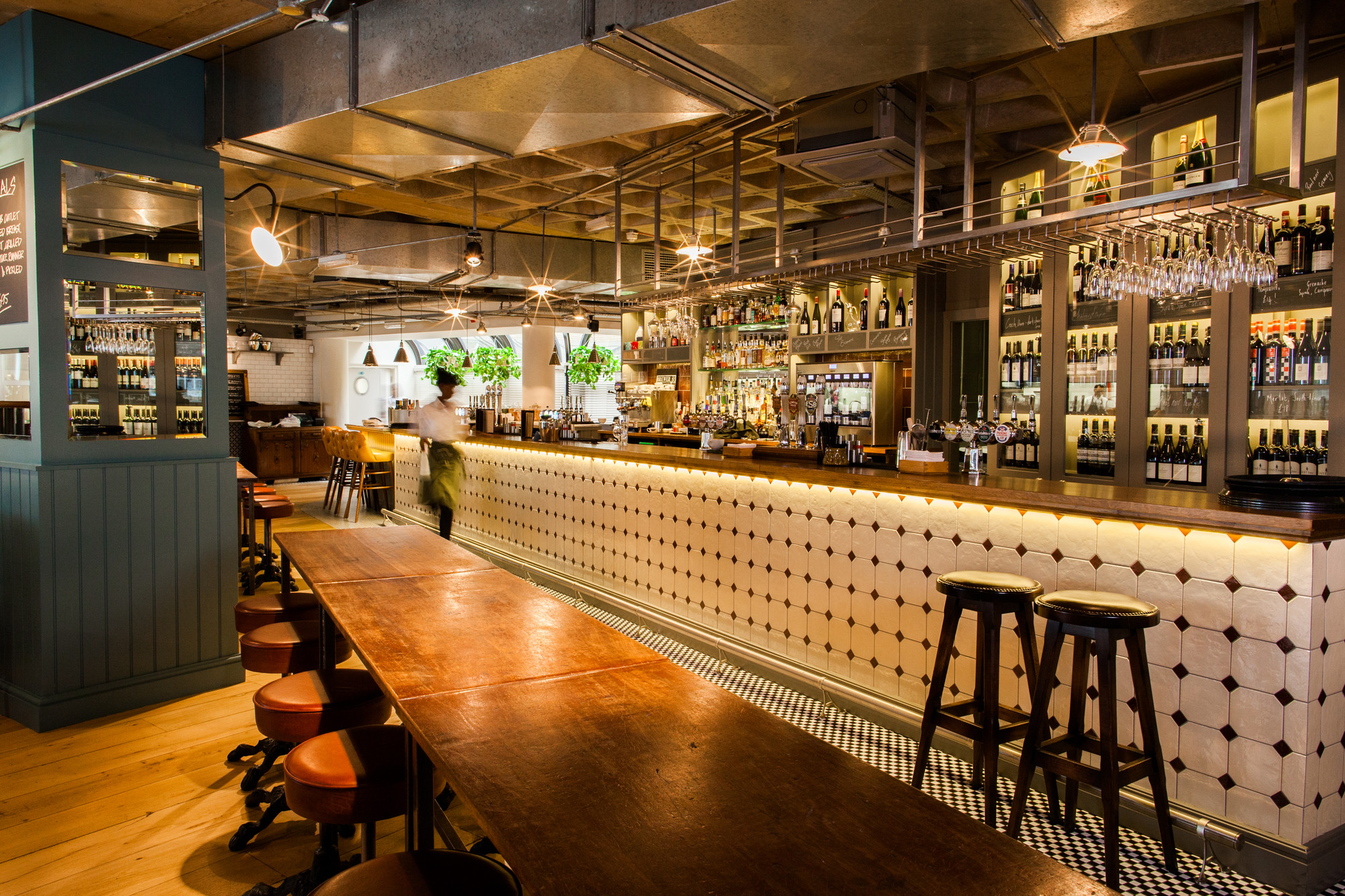 Ordinaire Multiple Bar/Club: The Vintry (London) / Harrison