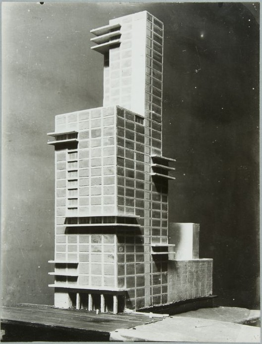 Entries to the Chicago Trinbune Competition, such as this one by Gropius and Meyer, may have sparked debate about modernism in the US, but lost to a more traditional design. However, a decade and a half later, competitions for three colleges revived the debate. Image via thecharnelhouse.org