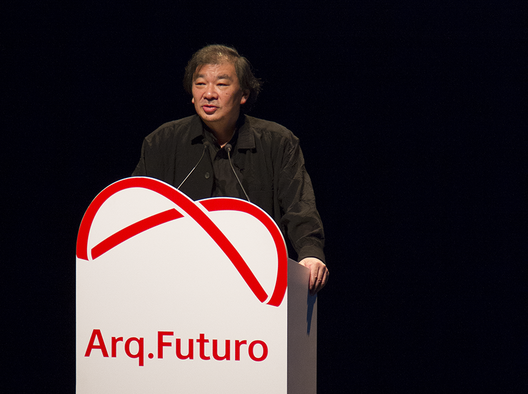 Shigeru Ban durante a palestra de abertura do fórum Arq. Futuro - A Cidade e a Água. © Romullo Baratto