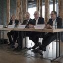 Da esquerda para a direita: Gabriele Quandt, Prof. Dr. Michael Eissenhauer, David Chipperfield e Udo Kittelman. Imagem © Gili Merin
