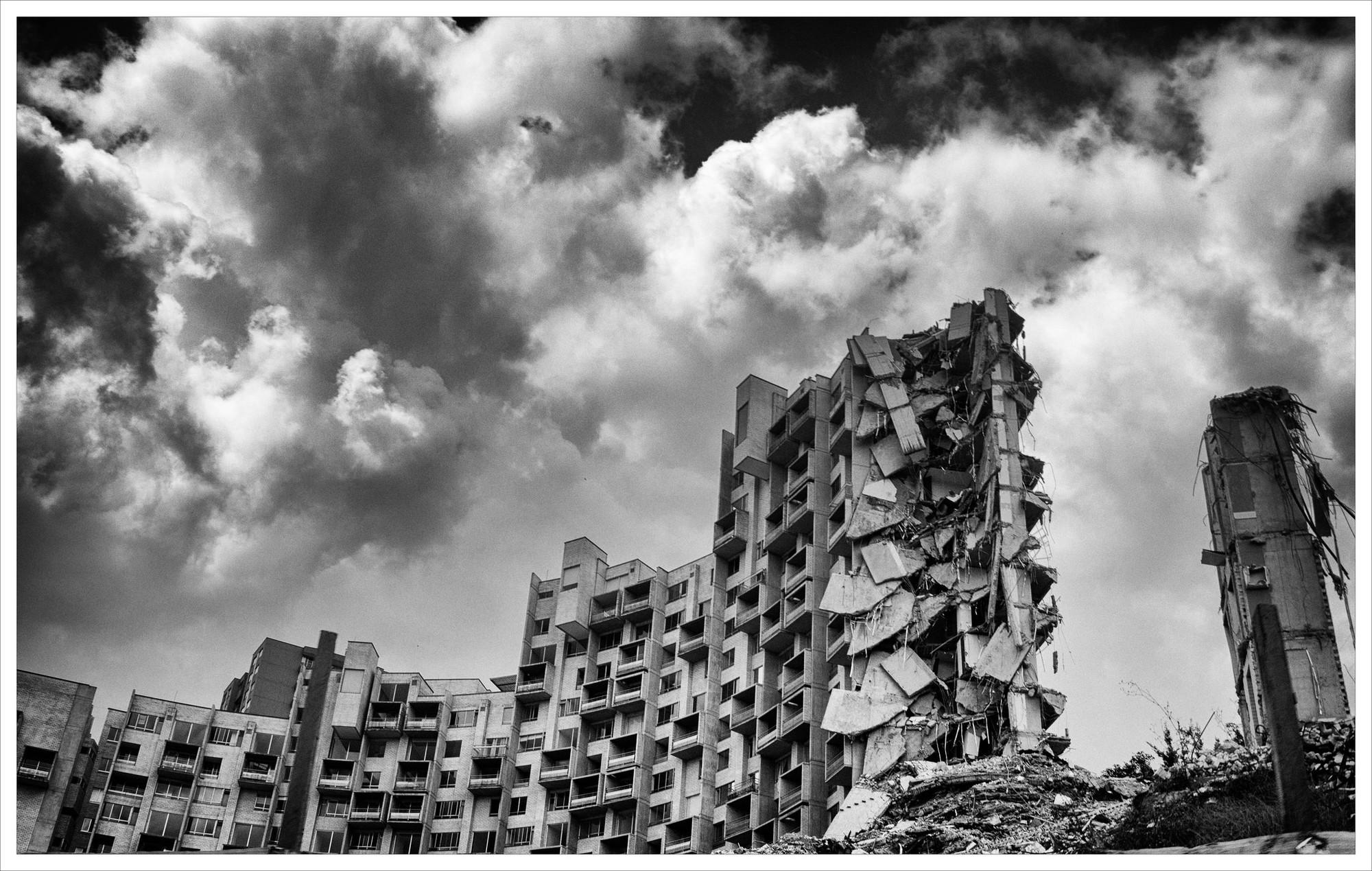 Medellín: Edificio Space, el derrumbe de un error, Edificio Space tras la demolición de la torre 5. Image © Dorian Miguel Ospino Caro [Flickr]