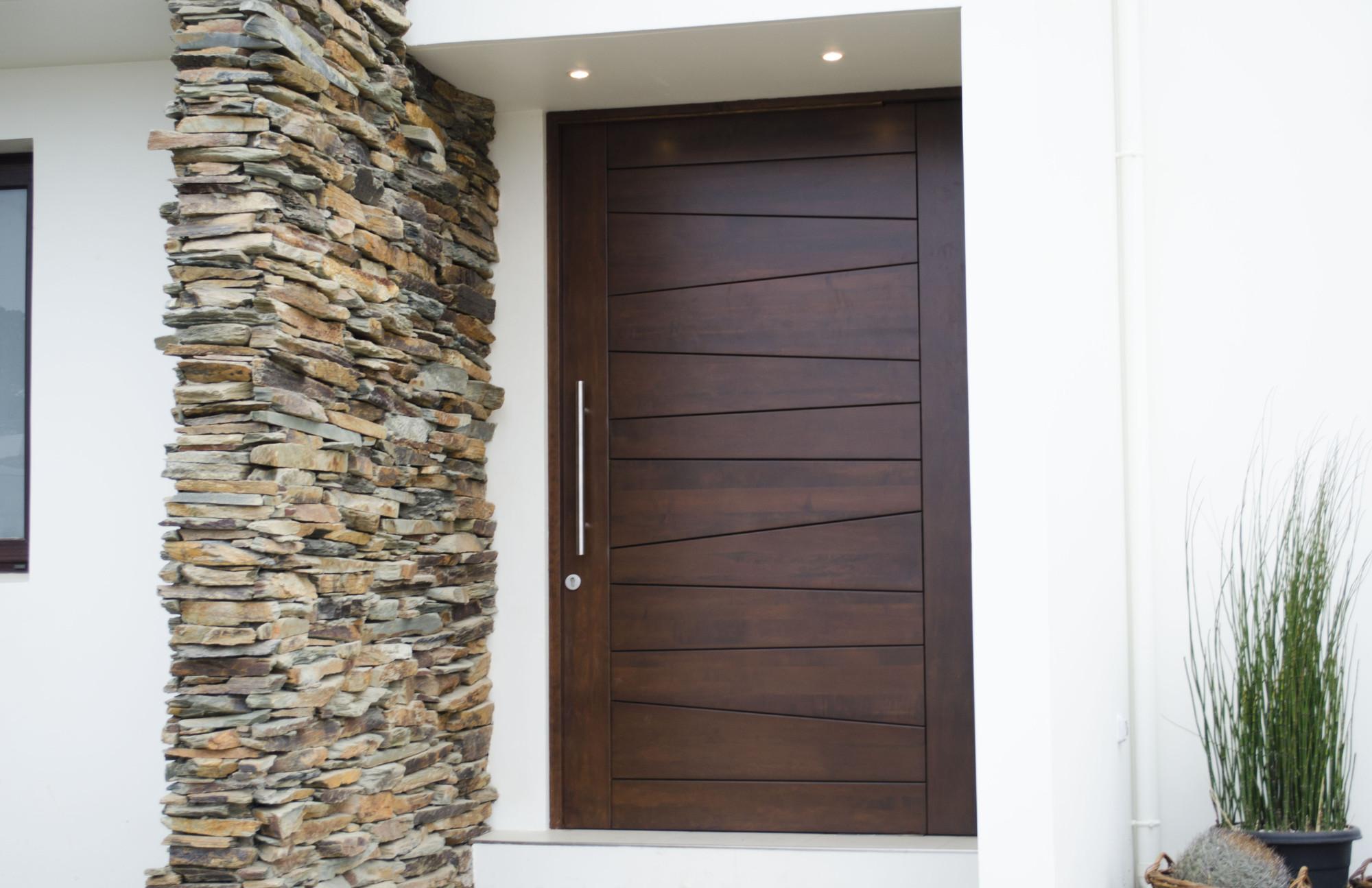 Galer a de materiales puertas de madera maciza 20 for Modelos de puertas de madera modernas para exteriores