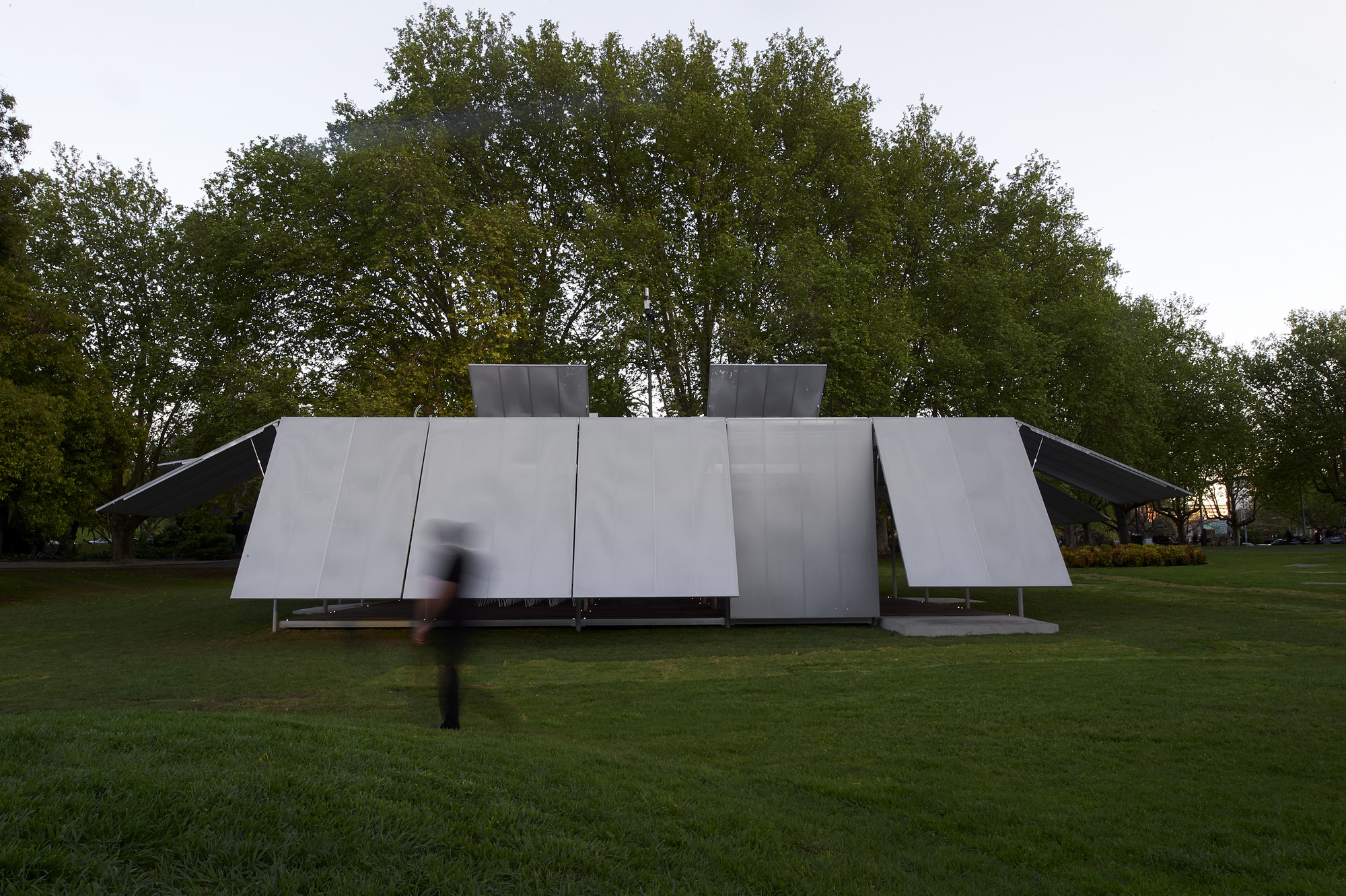 "Sean Godsell Unveils Melbourne's Inaugural ""MPavilion"", © Earl Carter"