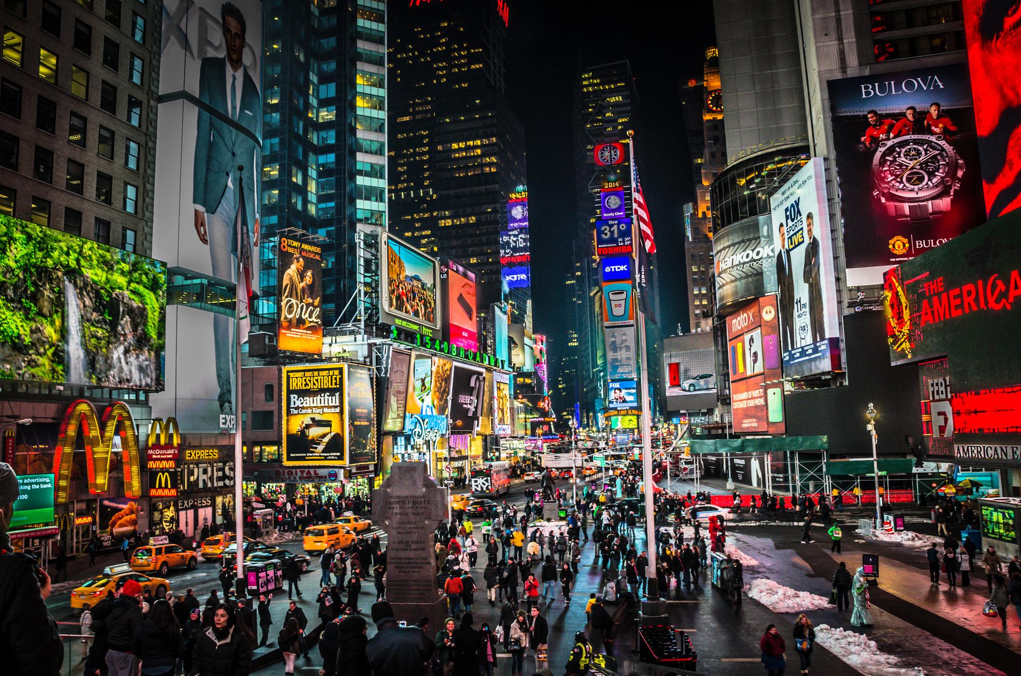 """Para além de """"coisas que piscam"""": O próximo passo na arquitetura midiática, Conciliar os dois evoca associações desajeitadas com a Times Square, telas, LEDs integrados, paparazzi, ou, mais geralmente, com coisas que piscam. . Imagem © Flickr CC User MK Feeney"""