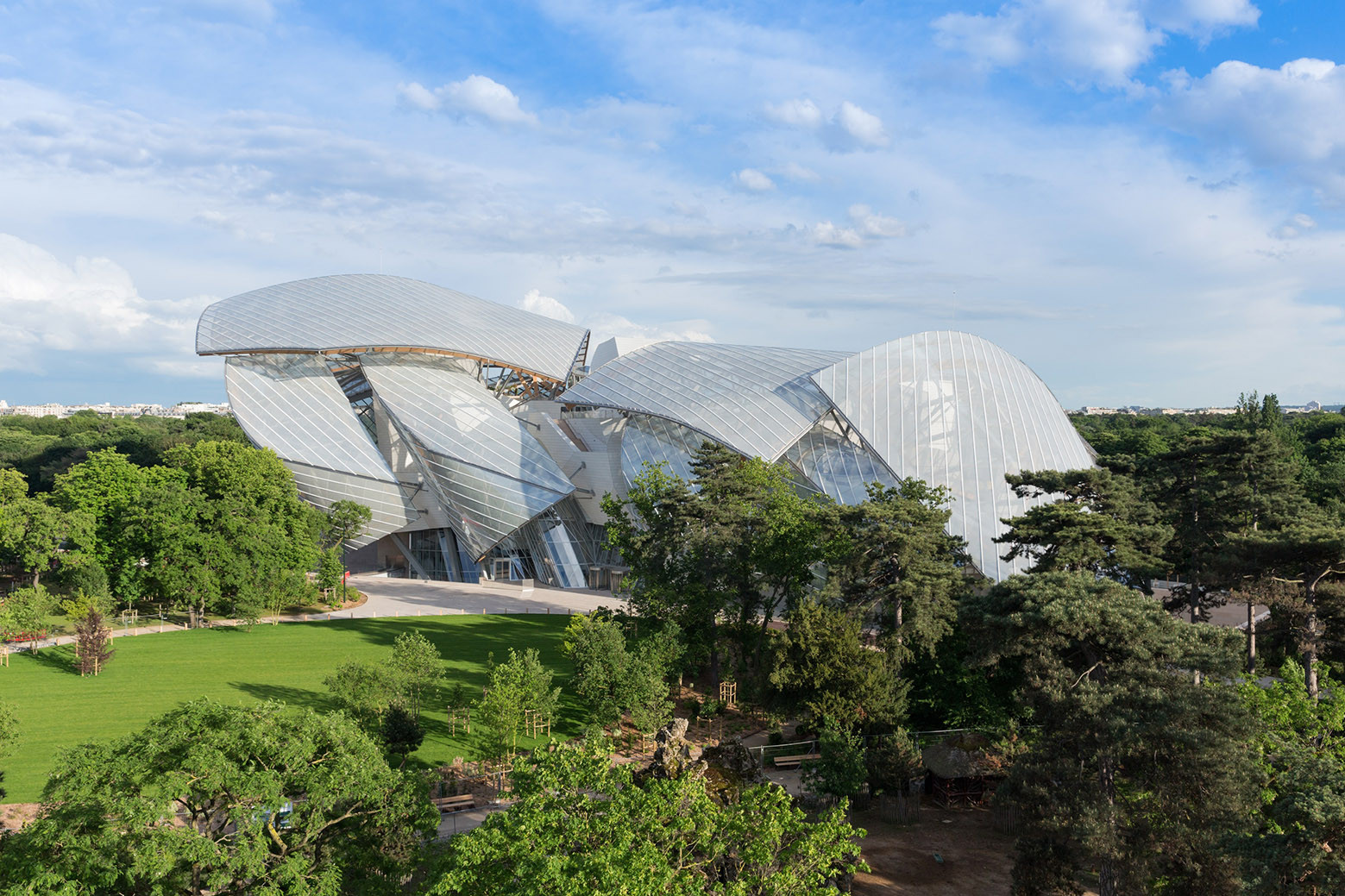 curved glass, Fondation Louis Vuitton by Gehry Partners