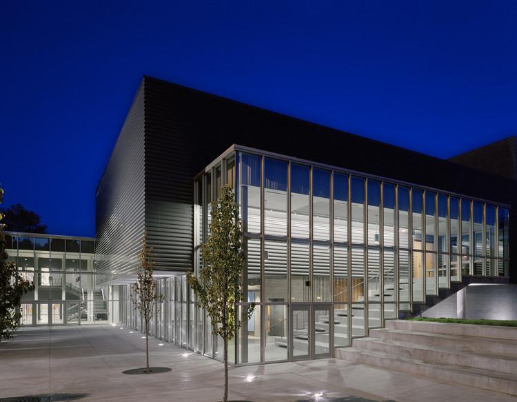 Nathan Hale High School Modernization  / Mahlum, © Benjamin Benschneider
