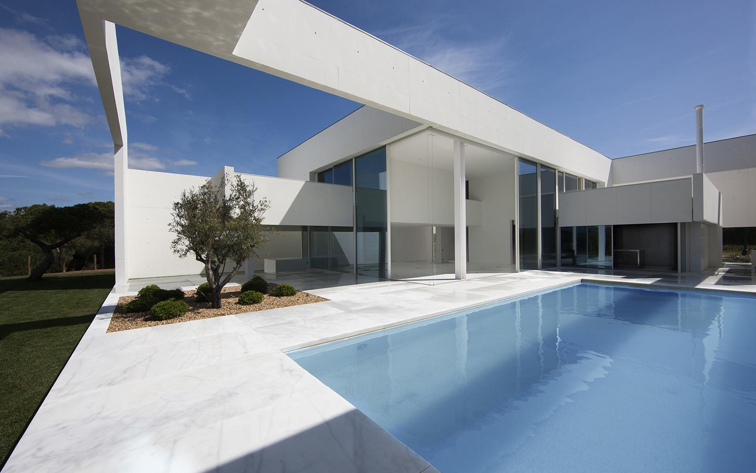 Casa na quinta do lago topos atelier de arquitectura for Fachadas de casas quintas modernas