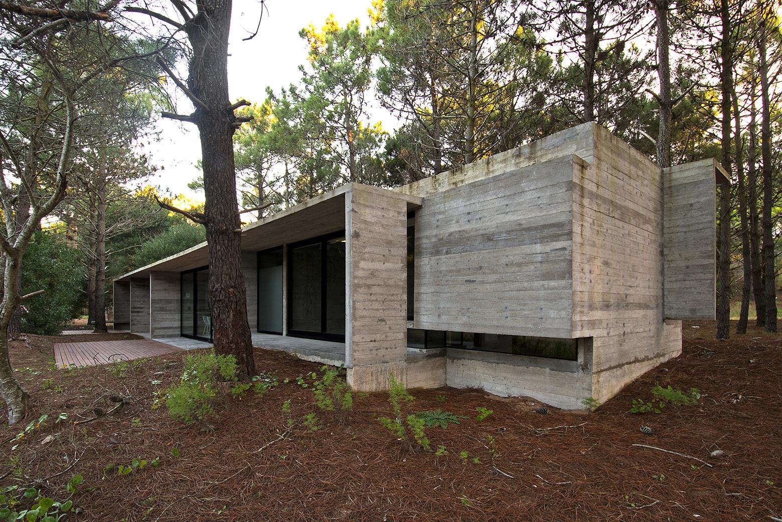 Sv house luciano kruk arquitectos archdaily - Casas de cemento y madera ...