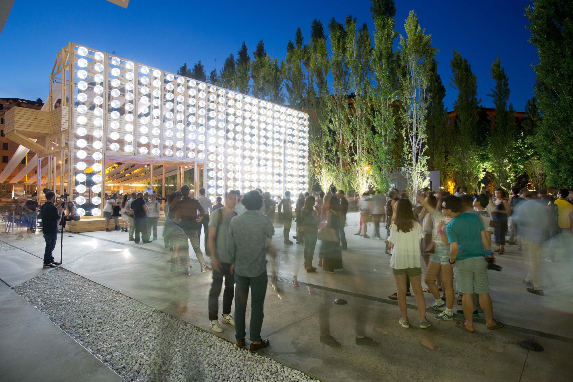 Orizzontale ilumina un teatro al aire libre con una pared de barriles reciclados en el MAXXI, © Musacchio Ianniello, cortesía de Fondazione MAXXI
