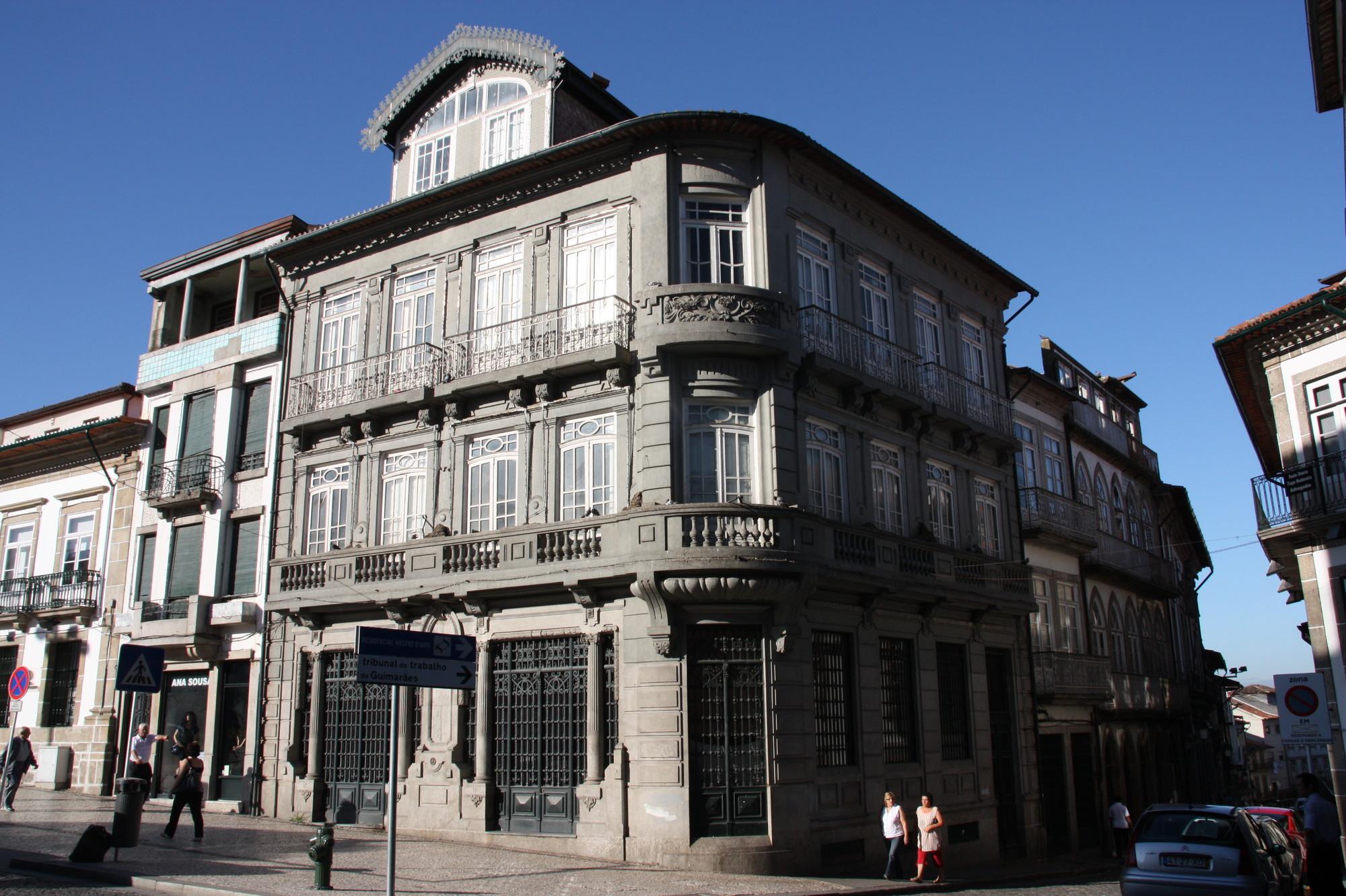 """Recuperação de conjunto histórico em Guimarães vence prêmio """"Reabilitação na Construção 2014"""", Conjunto com os edifícios A, B e C. Image Cortesia de José Rodrigues Lourenço"""