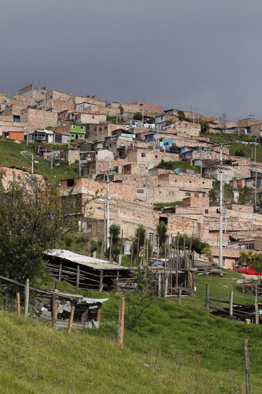 """De Bogotá a Bombay: prácticas de vivienda informal y desarrollo progresivo, """"Ciudades-Aldea,"""" Usme - Bogotá, Colombia. Imagen © Laura Amaya"""