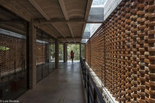 Commercial spaces in ordaz t3arc archdaily - Fachadas de locales comerciales ...