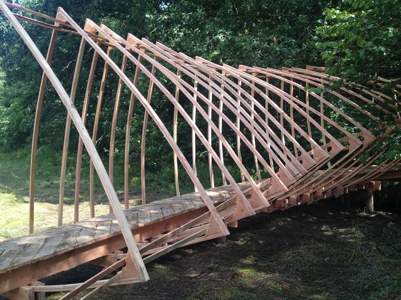 Experiência colaborativa na escala 1:1 propõe a construção de uma ponte de madeira