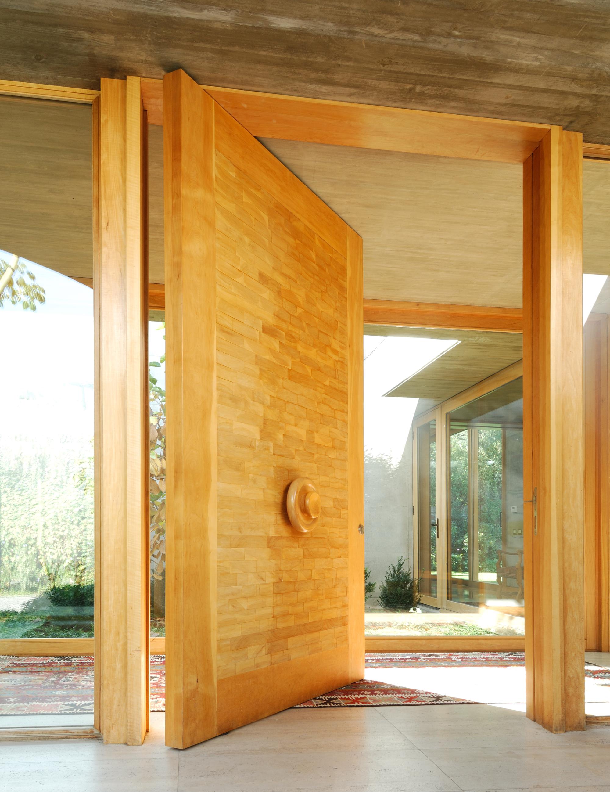 Materiales: Puertas de Madera Maciza | Plataforma Arquitectura