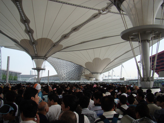 The main entrance of the Shanghai 2010 Expo. Image © Weixuan Wei