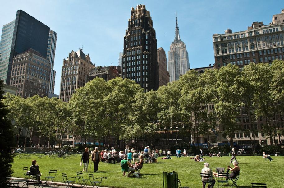 5 iniciativas nos EUA que tornaram os espaços públicos mais dinâmicos, Parque Bryant em Nova Iorque. © cerfon, via Flickr. Used under <a href='https://creativecommons.org/licenses/by-sa/2.0/'>Creative Commons</a>