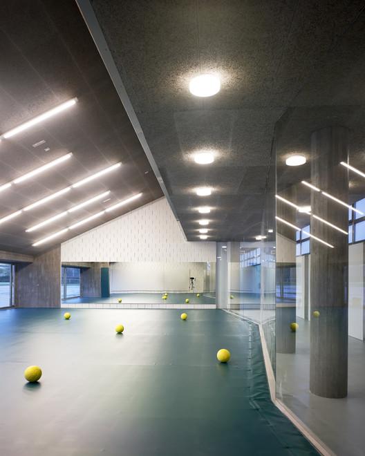 Udc gymnasium under stands glf arquitectos archdaily - Hector santos ...
