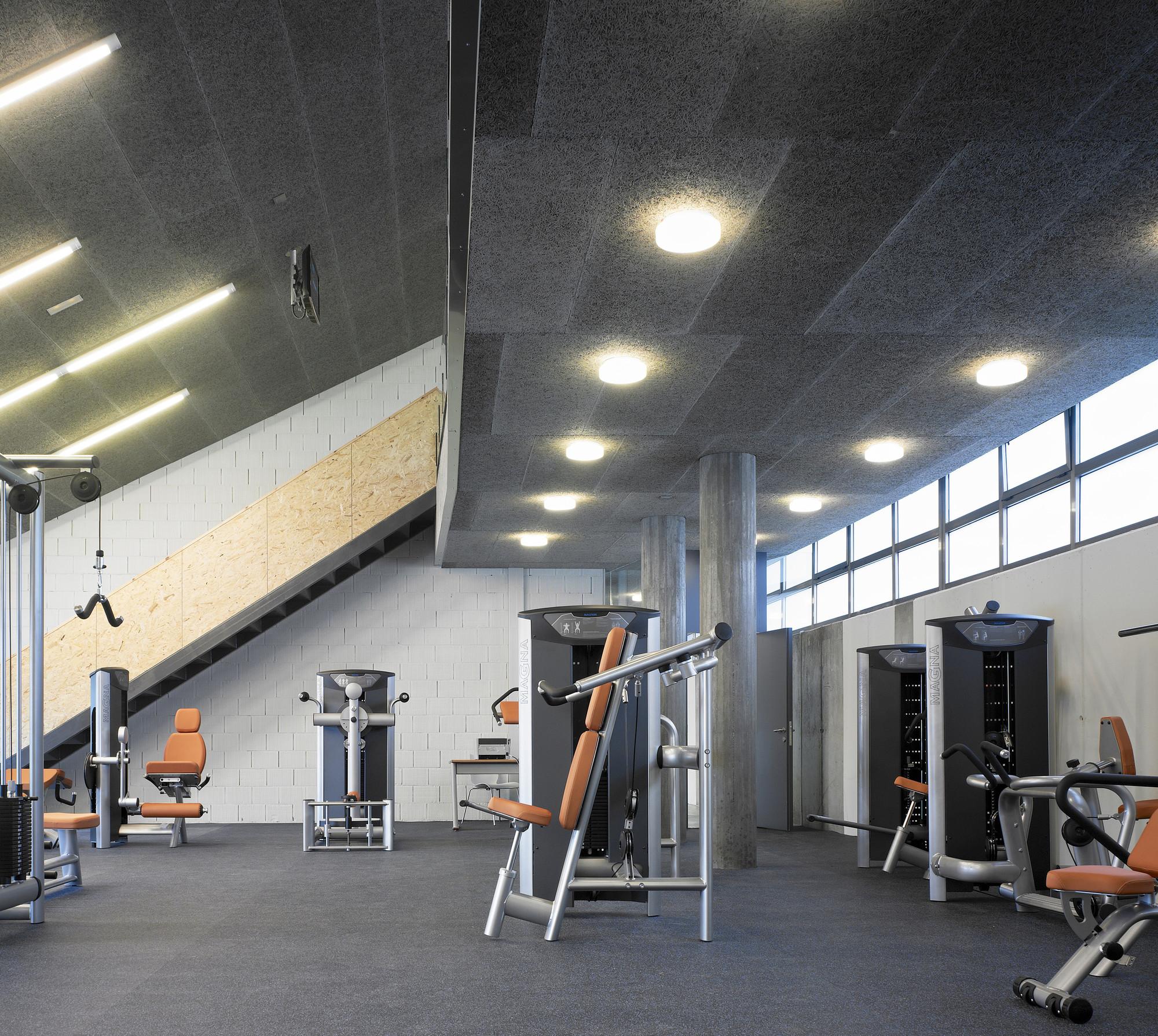Galer a de gimnasio udc bajo gradas glf arquitectos 8 for Gimnasio 8 de octubre
