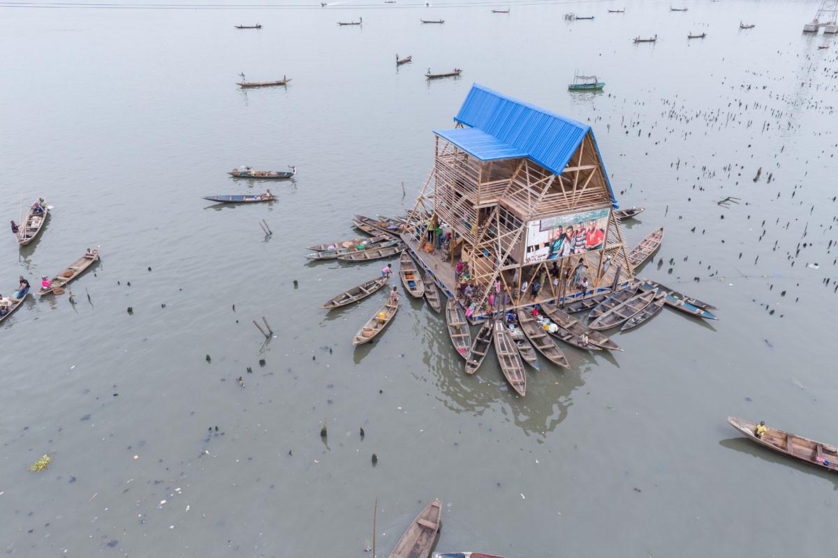 """Kunlé Adeyemi """"Encárgate de lo local y lo específico y tendrás un poderoso efecto a nivel global"""", Escuela flotante de Makoko / NLÉ Architects. Imágen © Iwan Baan"""