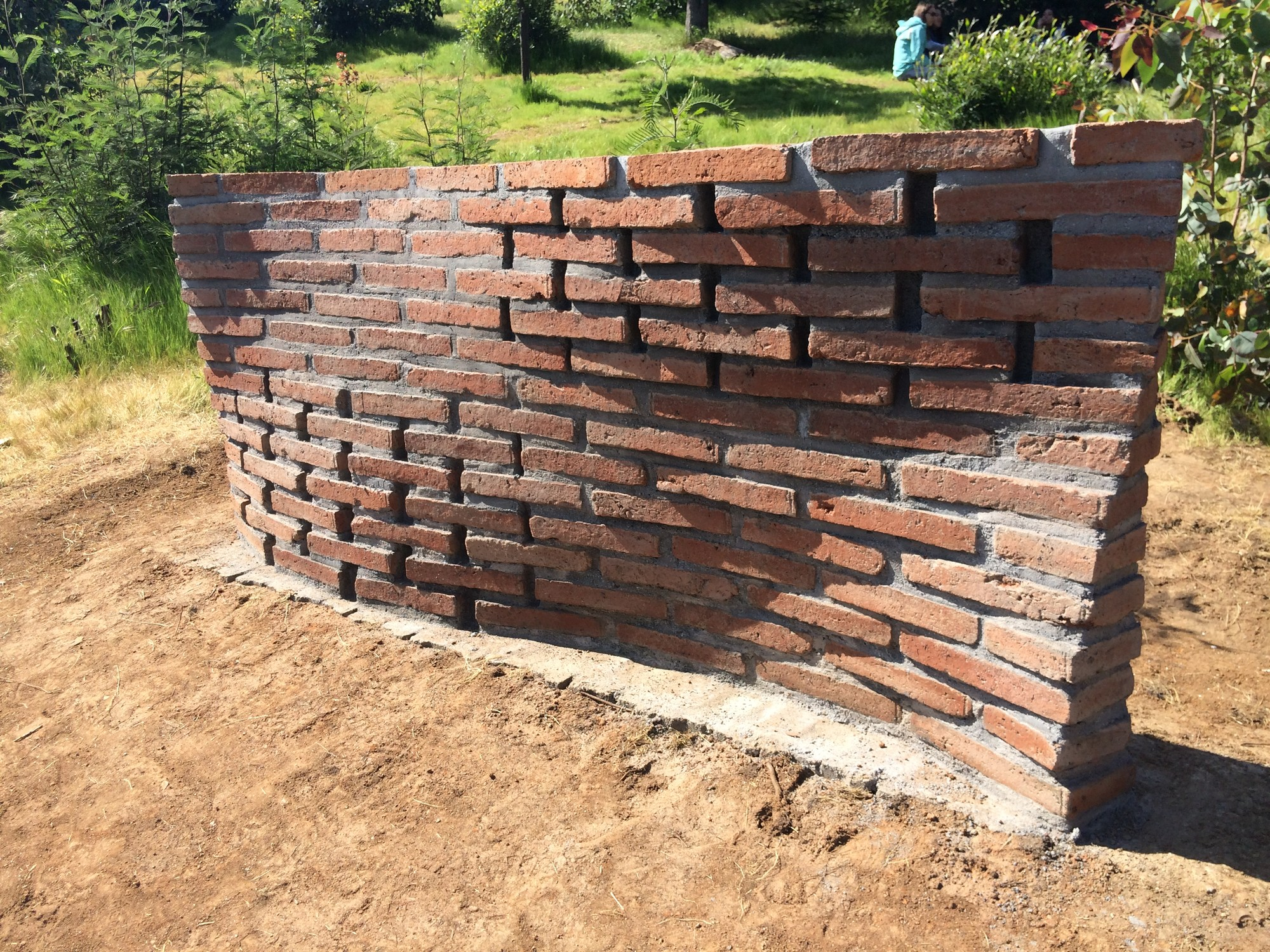 Galer a de estudiantes construyen muros de ladrillo en - Muros de ladrillo visto ...