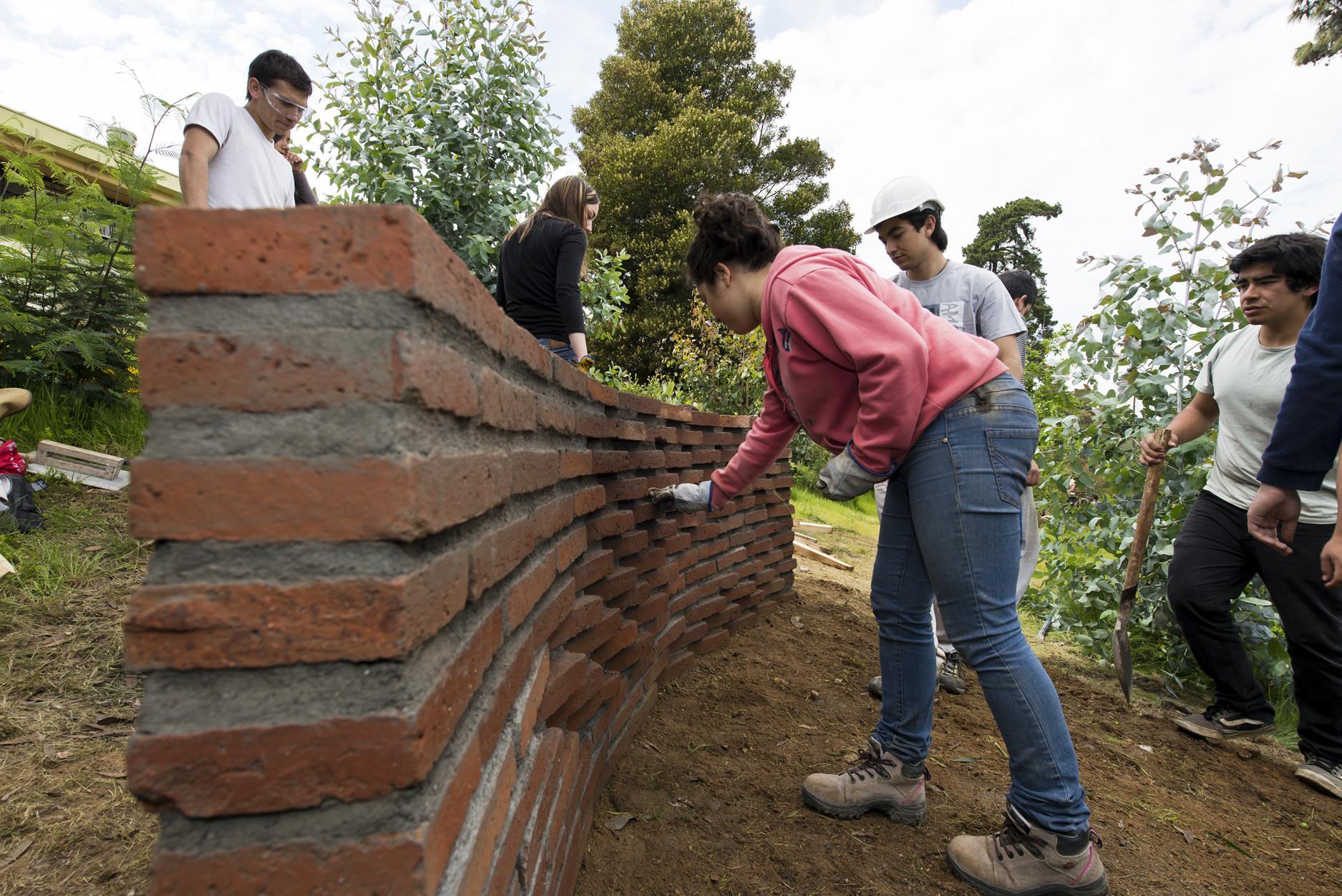 Galer a de estudiantes construyen muros de ladrillo en for Construccion de piscinas con ladrillos