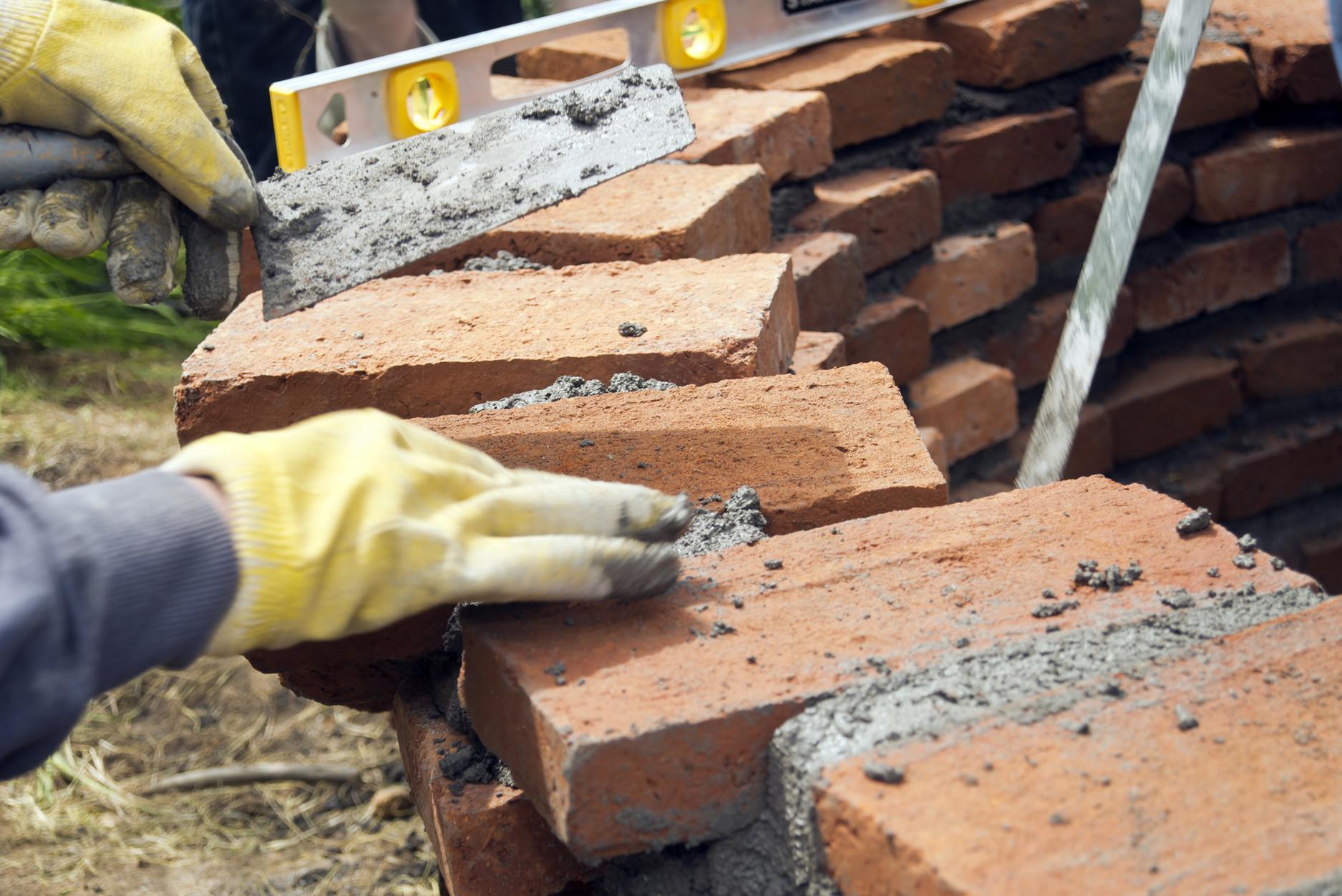 Galer a de estudiantes construyen muros de ladrillo en for Construir una pileta de ladrillos