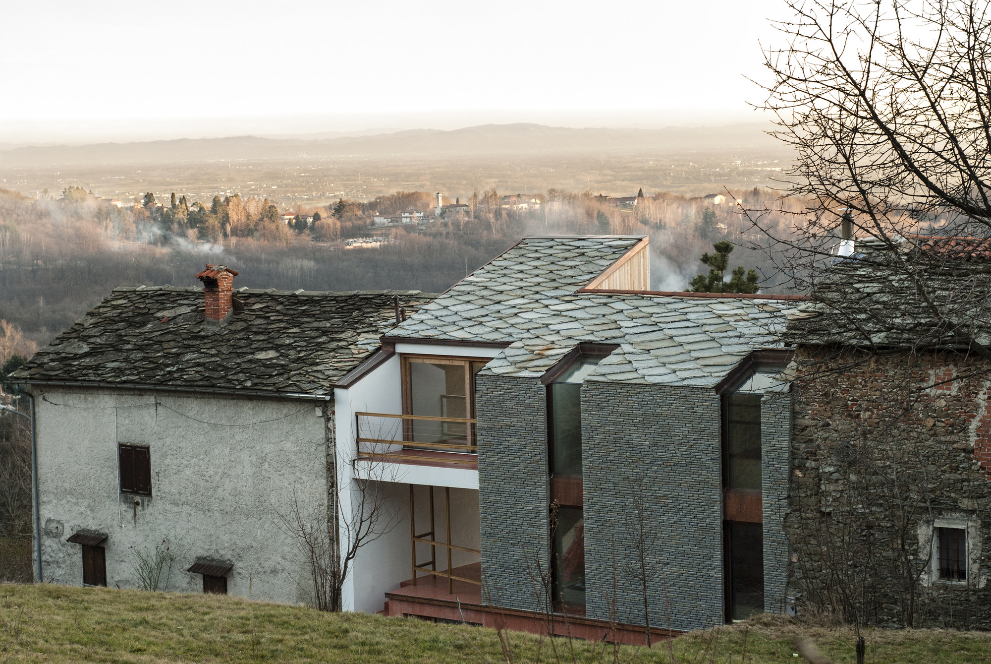 Alpine foothills house deamicisarchitetti archdaily for Architettura case