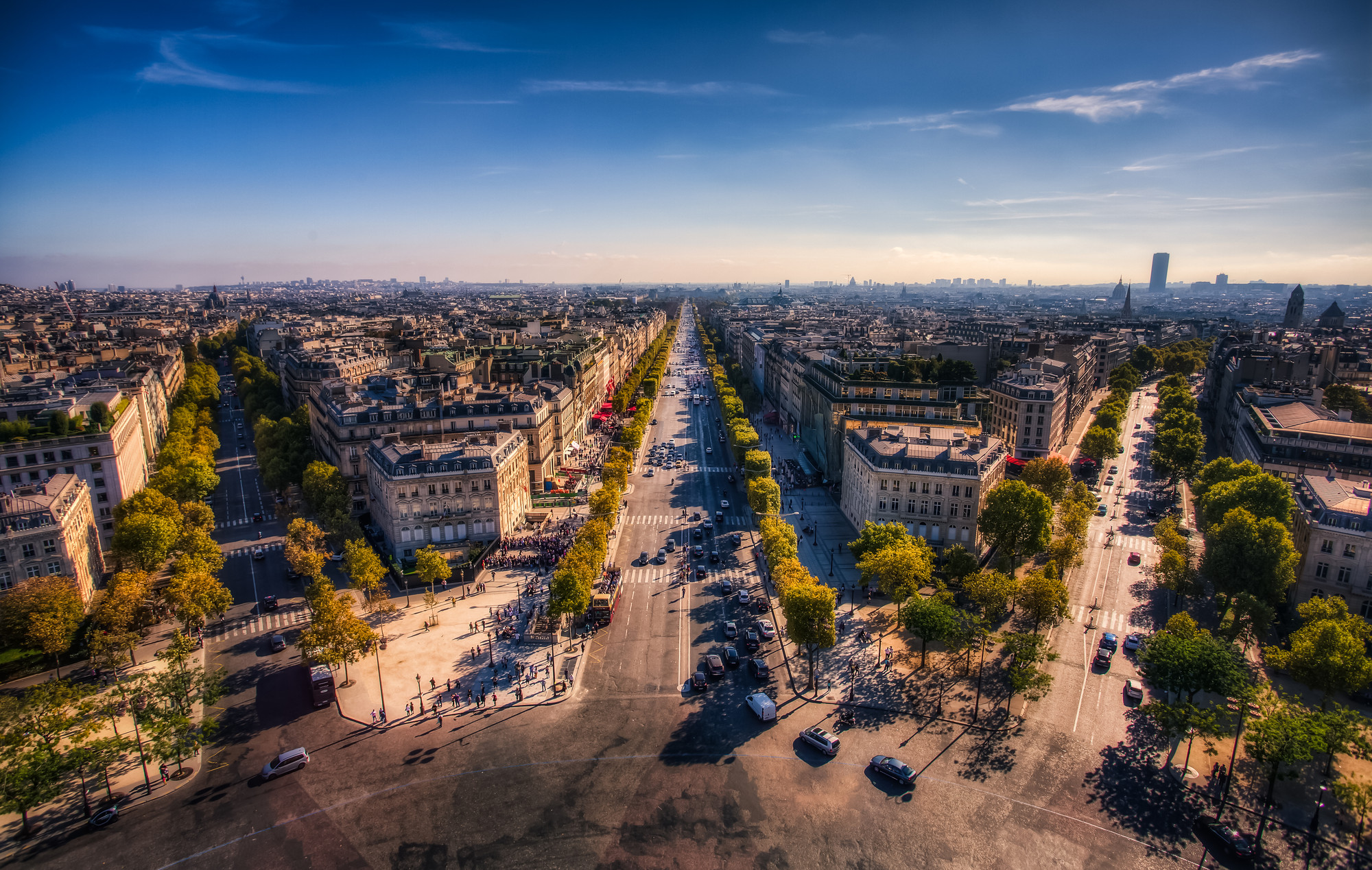 Typological to Evolutionary: A New Theory of Cities , Champs Elysees - Paris, France. Image © Flickr User justininsd