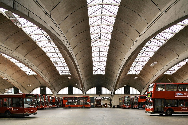 "20th Century Society presenta: ""100 Buildings 100 Years"" / Londres, Royal Academy of Art , 1952: Stockwell Bus Garage, Londres. Imagen © John East"