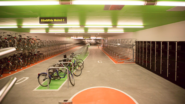Um estacionamento para 1.500 bicicletas na terceira maior estação intermodal da Suécia, Cortesia de Bike & Ride em Malmö, Suécia