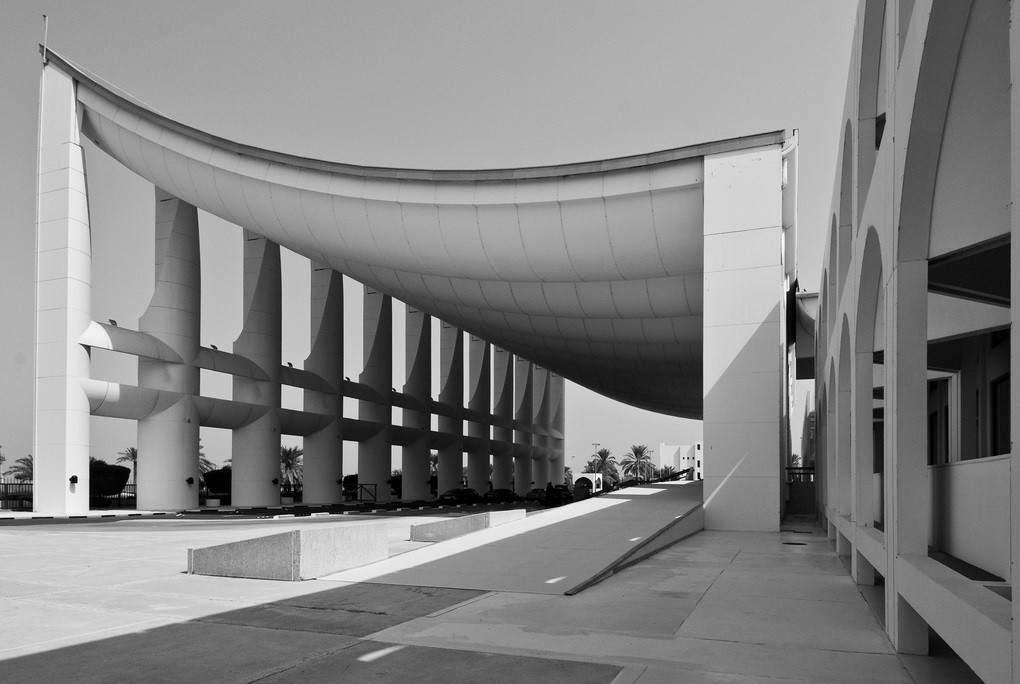 AD Classics: Kuwait National Assembly Building / Jørn Utzon, Covered plaza. Image © Jeffrey van der Wees