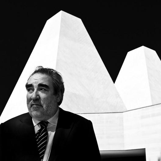 Eduardo Souto de Moura, 2011 Pritzker laureate, in front of the Casa das Histórias Paula Rego © Francisco Nogueira