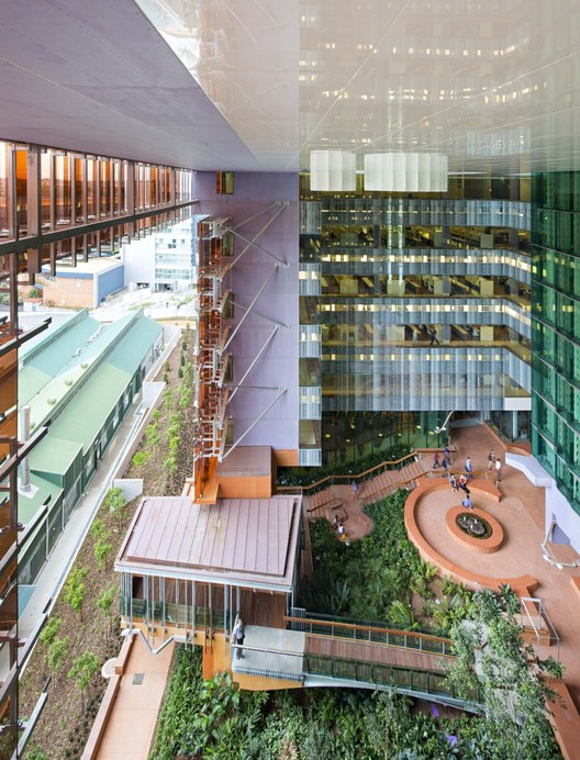 "How Brisbane's Translational Research Institute Revolutionizes Medicine Through Architecture, The green ""atrium,"" open to the elements, is essential to the concept of the building. The laboratory spaces all look onto the atrium. On the ground level, there are many interaction zones around the green space. Image © Christopher Frederick-Jones"