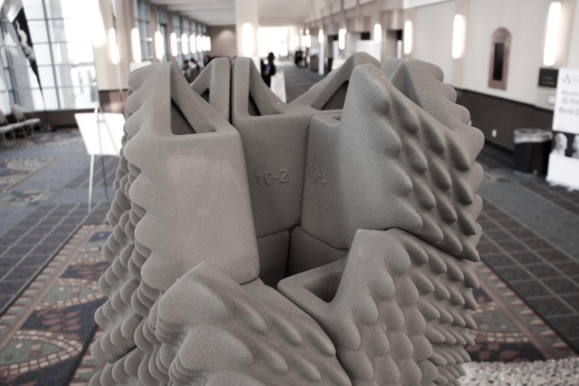 Emerging Objects cria coluna à prova de terremotos feita com impressão 3D, Cortesia de Emerging Objects