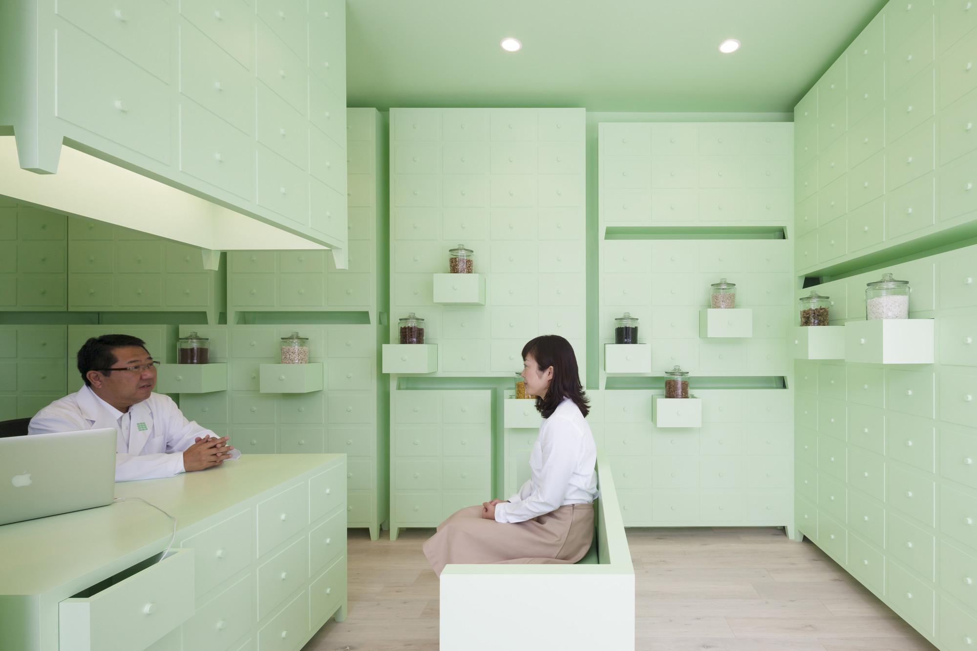 SUMIYOSHIDO kampo lounge / id inc., Courtesy of © id inc.