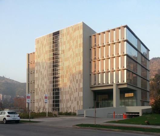 Edificio Vitra / Sebastián Larroulet + Arturo López + Francisco Vergara