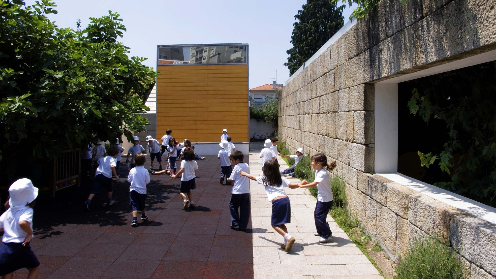 As aulas em Portugal, recomeçam neste dia 23 de abril e seguem até 21 de junho, dia do encerramento do terceiro e último período. Foto: Alberto Plácido / ArchDaily.