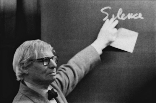 Louis I. Kahn lecturing at the ETH Zurich (Switzerland). Image © Peter Wenger