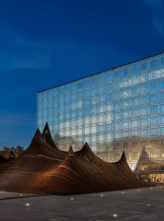 KILO constrói tenda de lã em frente ao Instituto do Mundo Árabe, © IMA